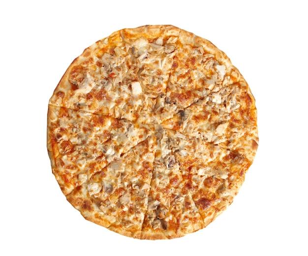 Pizza con pollo e funghi isolati su sfondo bianco.