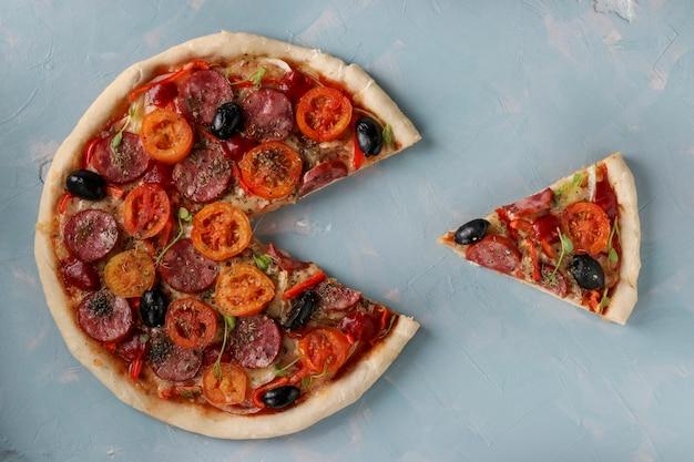 Pizza con un pezzo tagliato