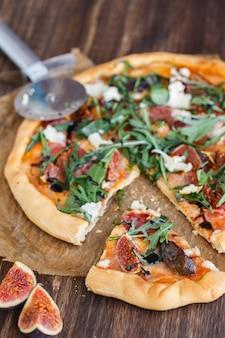 Pizza con fichi, prosciutto, formaggio.