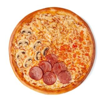 Pizza con quattro ripieni. cervelat piccante, pollo succoso, pomodori, mozzarella, funghi, salsa di pomodoro. vista dall'alto. sfondo bianco. isolato.