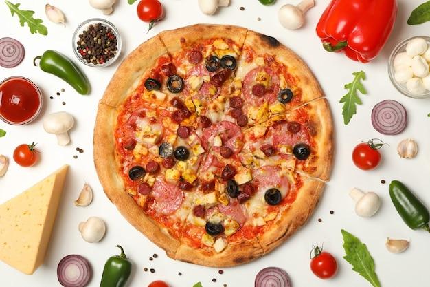 Pizza con carne e ingredienti