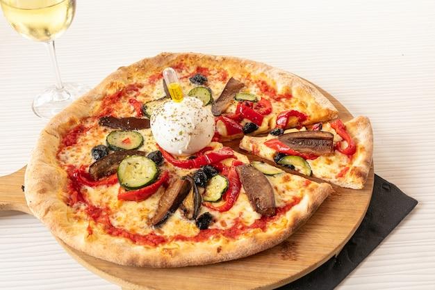 Pizza con mozzarella e verdure