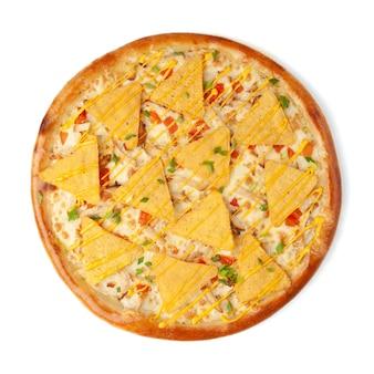 Pizza con chips di mais nachos e salsa al formaggio. vista dall'alto. sfondo bianco. isolato.