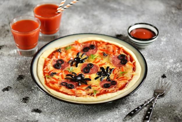 Pizza con olive e ragno salsiccia per la festa di halloween