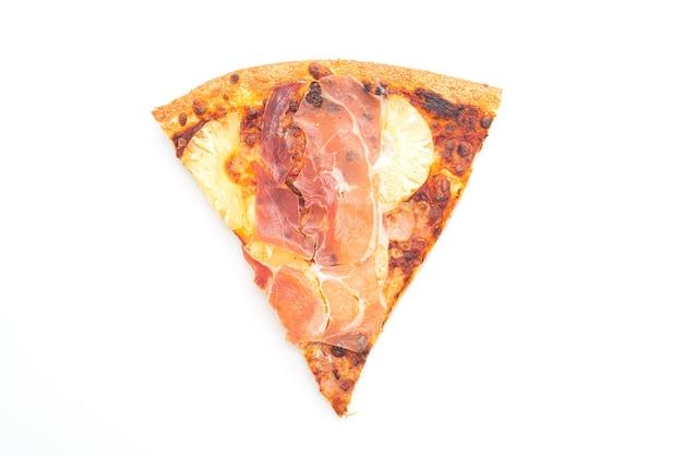 Pizza con prosciutto o prosciutto di parma pizza isolata su sfondo bianco