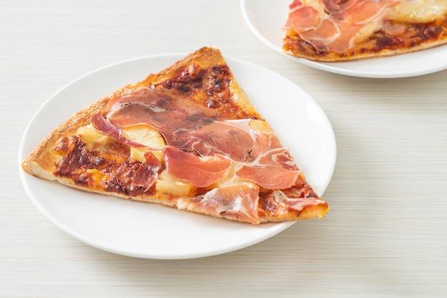 Pizza con prosciutto o prosciutto di parma pizza - italian food style