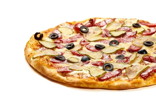 Pizza con salame, cetriolo e olive, salsa e formaggio fuso, lati croccanti, isolati su sfondo bianco