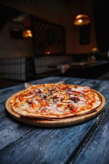Pizza con salsiccia, formaggio e pomodori