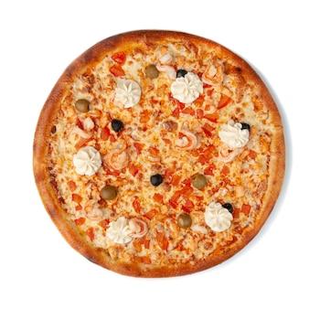 Pizza ai frutti di mare. la composizione comprende: pomodori, gamberi, salmone, olive, olive e mozzarella. vista dall'alto. sfondo bianco. isolato.