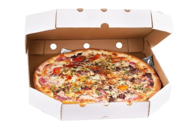 Pizza con frutti di mare, peperoncino e olive verdi in scatola di cartone, isolata su bianco
