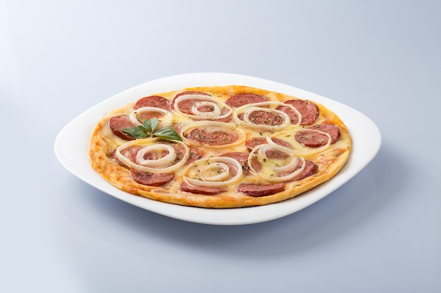 Pizza con salsiccia piccante e anelli di cipolla