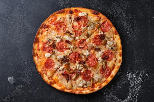 Pizza con pomodori secchi salsiccia piccante pollo cipolle funghi miele mozzarella formaggio