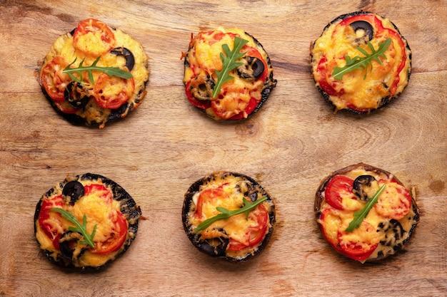 Pizza con pomodoro, formaggio e pepe su funghi portobello, vista dall'alto con cibo delizioso