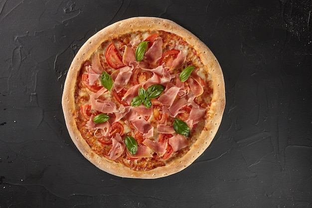 Pizza con pomodori prosciutto basilico