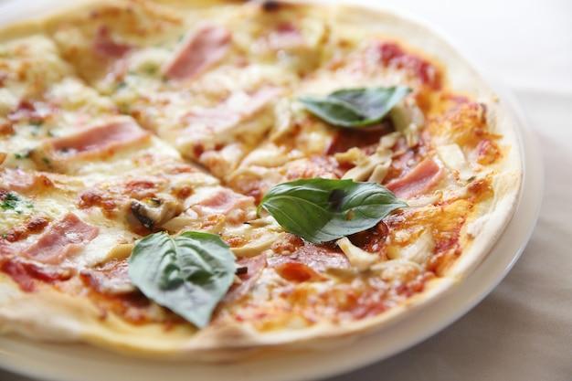 Pizza su fondo di legno