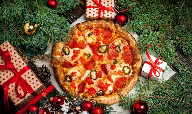Pizza sulla tavola di legno con ingredienti