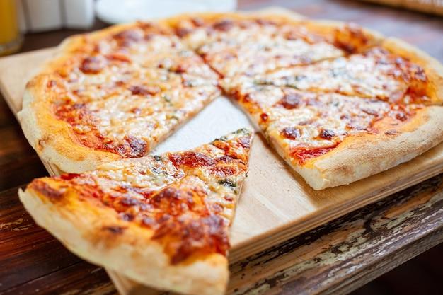 Pizza su teglia di legno cotta al forno.