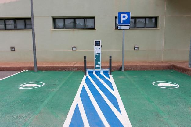 Posto contrassegnato con macchina per la ricarica di auto elettriche pubbliche due posti