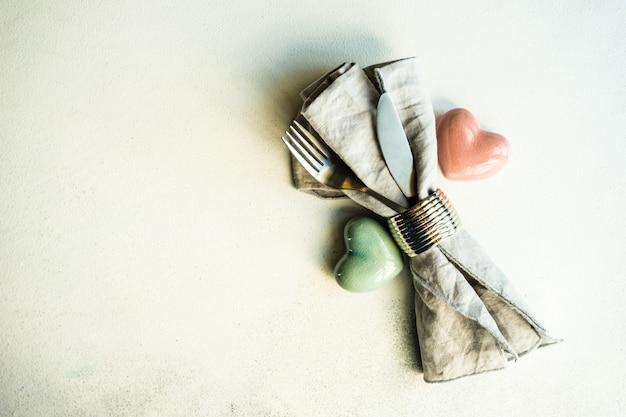 Impostazione del luogo per la cena di san valentino su cemento