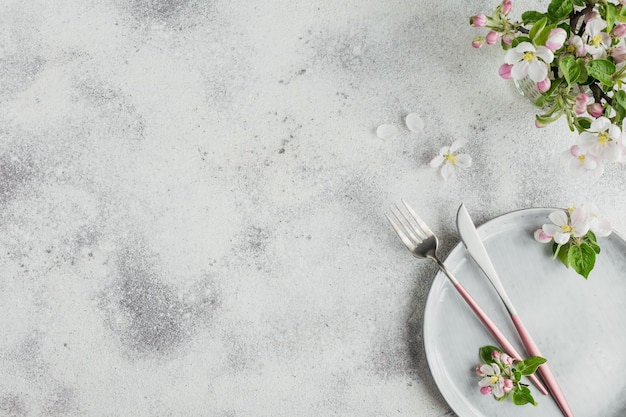 Posiziona la tavola con rami e fiori di melo in fiore