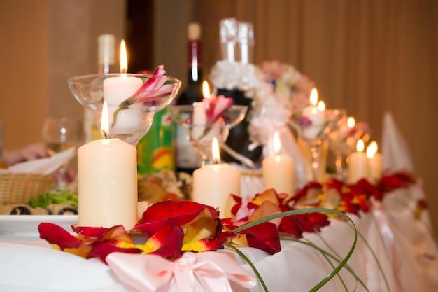Posto sul tavolo festivo bianco