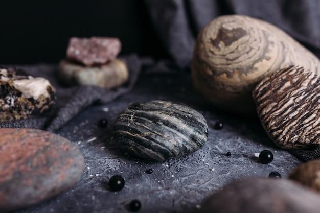 Posiziona il tuo prodotto su pietra su un tavolo da strega in un mockup di atmosfera buia