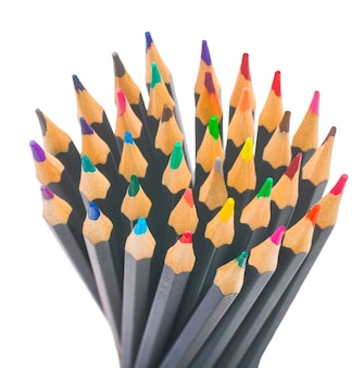 Matite multicolori nere normali per disegnare su una superficie bianca isolata