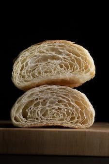 Croissant al burro semplici mezzaluna, croissant appena sfornati. croissant burrosi freschi caldi su un vassoio.