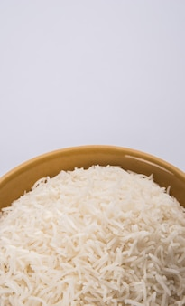 Riso basmati bianco indiano cotto piano in una ciotola di ceramica, fuoco selettivo