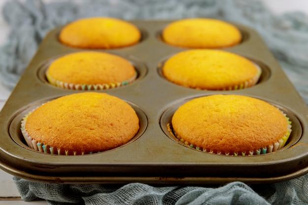 Plain cupcakes fatti in casa nella teglia.