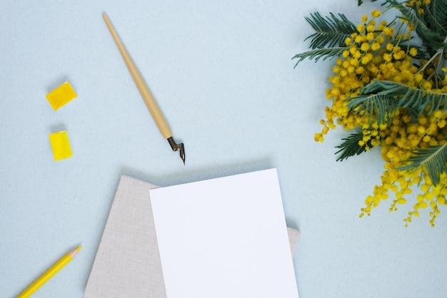 Carta comune, calamaio, giallo, acquarello, fiori di mimosa. copia il posto per l'iscrizione al matrimonio o il biglietto di auguri. copia spazio per il calligrafo