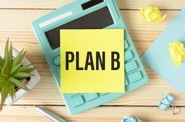 Parola del piano b su un foglio giallo su una calcolatrice.
