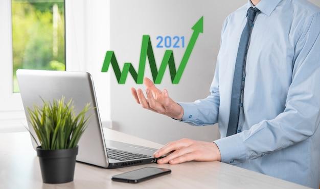 Pianificare la crescita aziendale nel concetto dell'anno 2021. piano dell'uomo d'affari e aumento degli indicatori positivi nella sua attività, concetti di business in crescita.