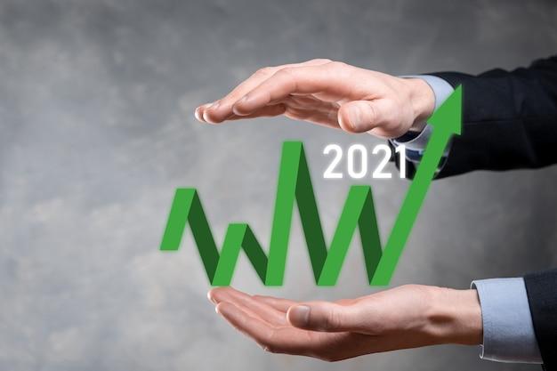 Pianificare la crescita del business nell'anno 2021 concetto. piano dell'uomo d'affari e aumento degli indicatori positivi nella sua attività, crescendo concetti di business.