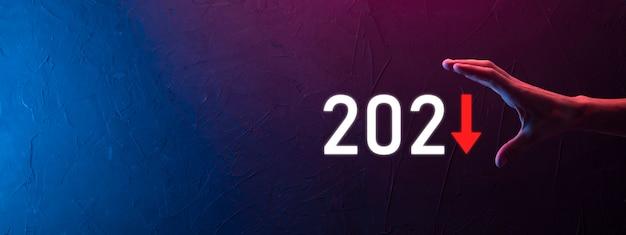 Pianificare la crescita negativa del business nel concetto dell'anno 2021. il piano dell'uomo d'affari e l'aumento degli indicatori negativi nella sua attività, declinano i concetti di business.