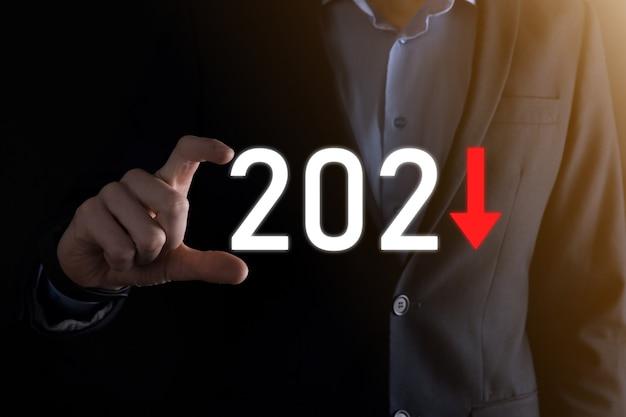 Pianificare la crescita negativa del business nell'anno 2021 concetto. piano dell'uomo d'affari e aumento degli indicatori negativi nella sua attività, declino dei concetti di business.