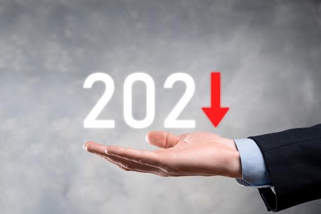Pianificare la crescita negativa del business nel concetto di anno 2021. piano dell'uomo d'affari e aumento degli indicatori negativi nella sua attività, declino dei concetti di business.