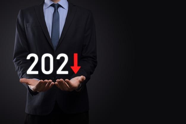 Pianificare la crescita negativa del business nell'anno 2021 concetto. piano dell'uomo d'affari e aumento degli indicatori negativi