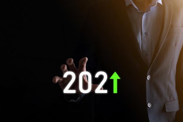 Pianificare la crescita positiva del business nel concetto dell'anno 2021. piano dell'uomo d'affari e aumento degli indicatori positivi nella sua attività, concetti di business in crescita.
