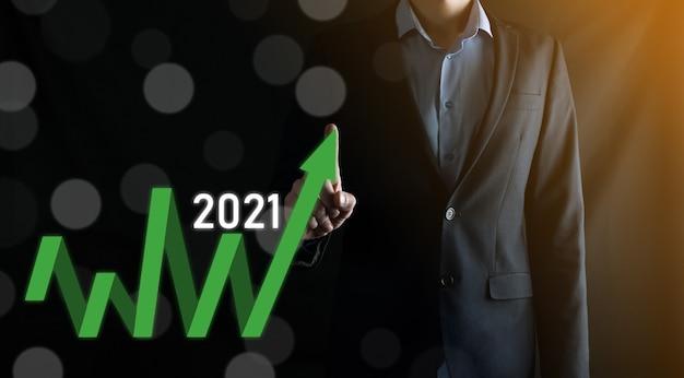 Pianificare la crescita positiva del business nel concetto di anno 2021. piano di uomo d'affari e aumento di indicatori positivi nella sua attività, crescendo concetti di business.