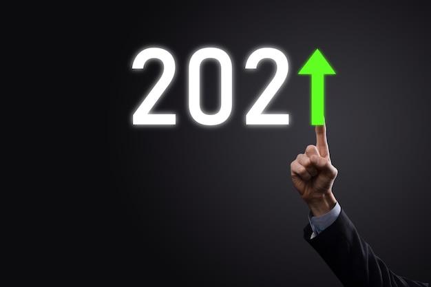 Pianificare la crescita positiva del business nel concetto di anno 2021. piano dell'uomo d'affari e aumento degli indicatori positivi