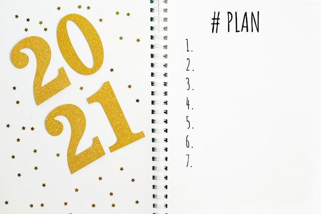 Piano per le parole del nuovo anno 2021 scritte in un taccuino dell'ufficio.