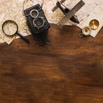 Aereo e macchina fotografica vicino a cose da viaggio