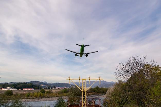 L'aereo va ad atterrare in montagna