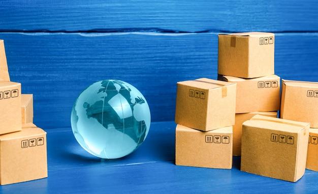 Pianeta terra globo e scatole di cartone prodotti di consumo di massa