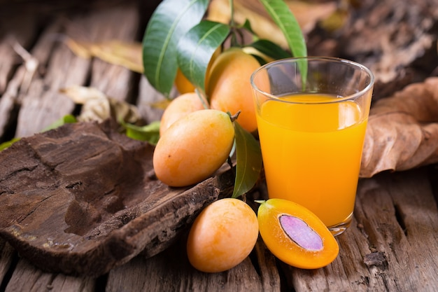 Frutta plango o marian plum tropicale asia sud-orientale frutta e bicchiere di succo