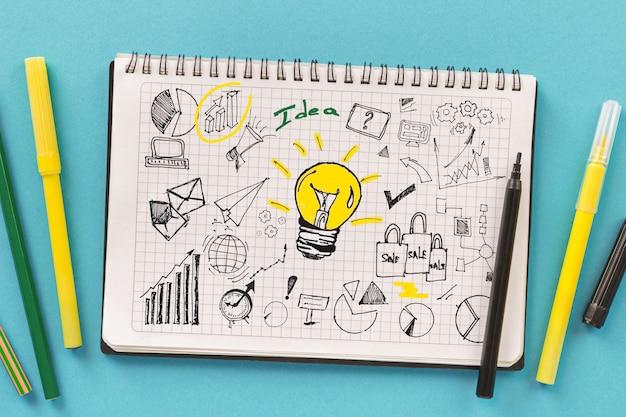 Pianificare lo sviluppo di nuove strategie commerciali o di avvio. notebook con disegni creativi