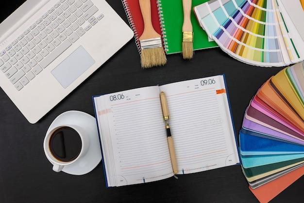 Strategia di pianificazione con diario e campioni di colore