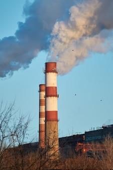 L'impianto emette fumo e smog dai tubi
