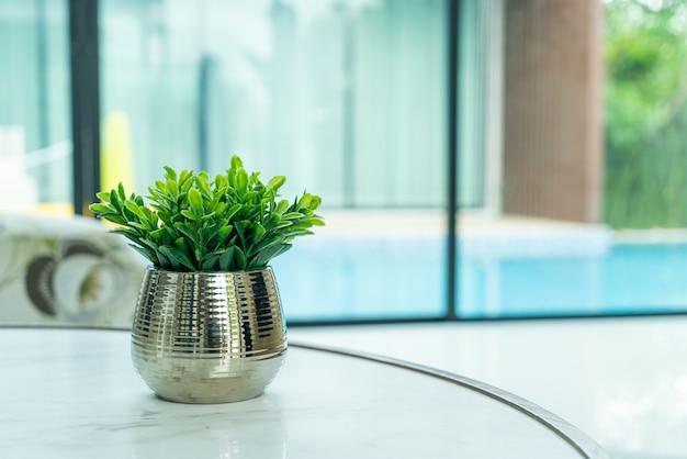 Pianta in vaso decorazione sul tavolo nel soggiorno